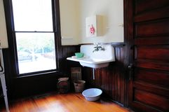 Fregadero de cocina anticuado viejo imagenes de archivo