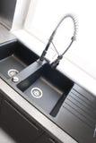 Fregadero de cocina con el golpecito de mezclador Fotos de archivo libres de regalías