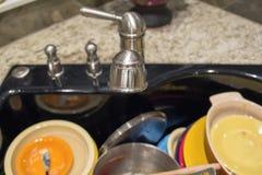 Fregadero de cocina con fuera de los platos sucios del foco Imágenes de archivo libres de regalías