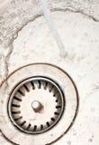 Fregadero de cocina con la agua corriente Fotos de archivo libres de regalías