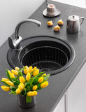 Fregadero de cocina del granito con el golpecito de mezclador Foto de archivo