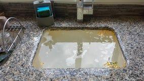 Fregadero de cocina que desborda, dren estorbado foto de archivo