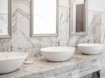 Fregadero de lujo blanco en cuarto de baño fotos de archivo libres de regalías