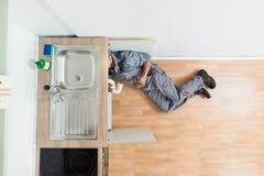 Fregadero de Working Under Kitchen del fontanero imagenes de archivo