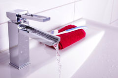 Fregadero del cuarto de baño foto de archivo