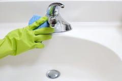 Fregadero del cuarto de baño de la limpieza Imagen de archivo