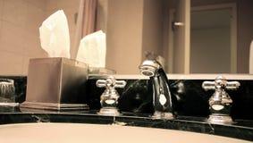 Fregadero del cuarto de baño Fotos de archivo