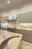 Fregadero del detalle del diseño en cocina Foto de archivo libre de regalías