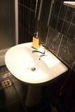 Fregadero dentro del cuarto de baño Fotografía de archivo libre de regalías