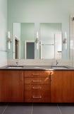 Fregadero doble y espejos de la vanidad en cuarto de baño moderno foto de archivo libre de regalías