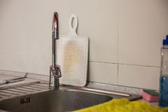 Fregadero en la cocina de la clase de economía Vieja tarjeta de corte Fotografía de archivo