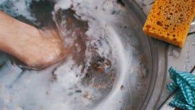 Fregadero estorbado sucio del lavabo almacen de metraje de vídeo