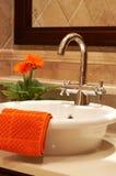 Fregadero hermoso en un cuarto de baño Imagen de archivo