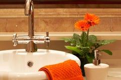 Fregadero hermoso en un cuarto de baño Imagenes de archivo