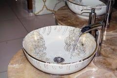 Fregadero interior del cuarto de baño con diseño moderno Fotografía de archivo