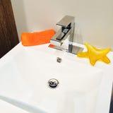 Fregadero limpio y nuevo del cuarto de baño Imagen de archivo libre de regalías