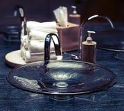 Fregadero moderno del cuarto de baño Imágenes de archivo libres de regalías