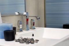Fregadero moderno del cuarto de baño fotos de archivo libres de regalías