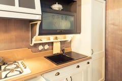 Fregadero moderno del cuarto de baño en de cerámica negro Foto de archivo