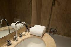 Fregadero moderno en cuarto de baño Fotos de archivo libres de regalías