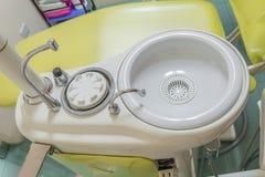 Fregadero para el dentista del equipamiento médico Fotos de archivo libres de regalías