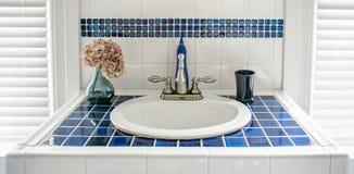 Fregadero tejado azul moderno de la vanidad Imagen de archivo libre de regalías