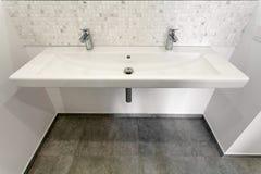 Fregadero y grifo de un cuarto de baño moderno Imagen de archivo