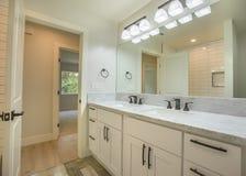 Fregaderos duales en cuarto de baño de la huésped en San Diego California fotografía de archivo