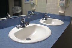 Fregaderos en lavabo público limpio imágenes de archivo libres de regalías