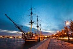 Fregat in de avond, St. Petersburg, Rusland stock afbeeldingen
