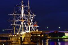 Fregat op de rivier in stad Grote Novgorod Stock Fotografie