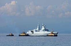 Fregatt och bogserbåtar Royaltyfri Fotografi