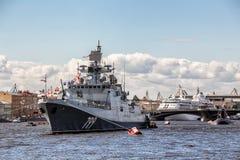 Fregatte des Admirals Makarov auf der Marineparade am Tag der russischen Flotte in St Petersburg Lizenzfreies Stockbild