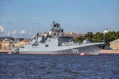 Fregatte des Admirals Makarov auf Wiederholung der Marineparade am Tag der russischen Flotte in St Petersburg Lizenzfreies Stockbild