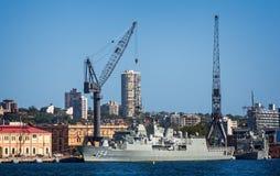Fregatte HMAS Parramatta koppelte in Sydney Harbour in Sydney, NSW, Australien an lizenzfreie stockfotografie