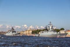 Fregatte und Stoykiy Korvette des Admirals Makarov auf der Marineparade am Tag der russischen Flotte in St Petersburg Lizenzfreie Stockfotografie