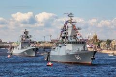 Fregatte und Stoykiy Korvette des Admirals Makarov auf der Marineparade am Tag der russischen Flotte in St Petersburg Lizenzfreie Stockfotos