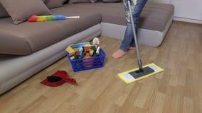 Fregona de las aplicaciones de la mujer en el piso almacen de metraje de vídeo