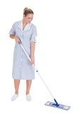 Fregona joven de Cleaning Floor With de la criada Foto de archivo