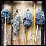 Fregonas de limpieza Fotografía de archivo