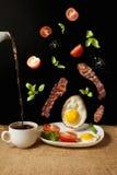 Frei geschwebtes omlette mit vegatebles Lizenzfreie Stockfotografie