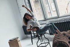Frei glauben, zum alles zu tun Attraktive junge Frau in zufälligem wir Stockfotos