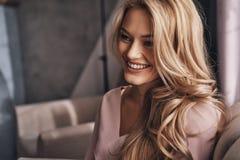 Frei glauben, zum glücklich zu sein Attraktive junge Frau, die weg schaut Stockbild