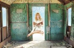 Frei schwebende Rothaarigefrau mit Buch stockfoto