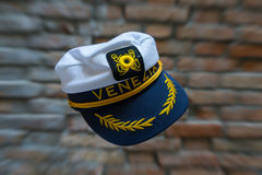 Frei schwebender Venezia-Marinehut vor unscharfer Backsteinmauer mit Lizenzfreie Stockfotografie