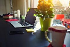 Freiberufler benötigt Arbeitsplatz, Arbeitsplatz mit offener Laptop-Computer, Smartphone, Notizbuch, Stockfotografie
