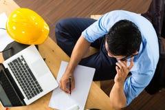 Architekt, der zu Hause arbeitet lizenzfreies stockfoto
