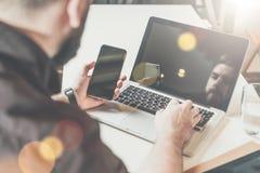 Freiberufler, der nach Hause arbeitet Mann, der digitale Geräte, plaudernd verwendet, blogging Stockfotos