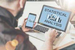 Freiberufler, der nach Hause arbeitet Mann, der digitale Geräte mit statistischer Analyse der Aufschrift auf Schirm verwendet Stockbilder