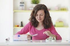 Freiberuflich tätige Frau, die mit woolen Babyhandwerk arbeitet Stockfoto